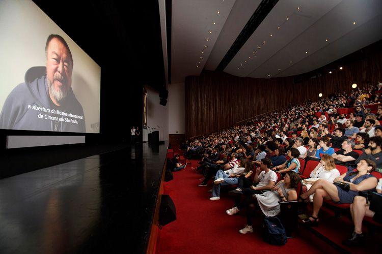 Por meio de vídeo, o artista plástico e cineasta Ai Weiwei fala ao público da Mostra
