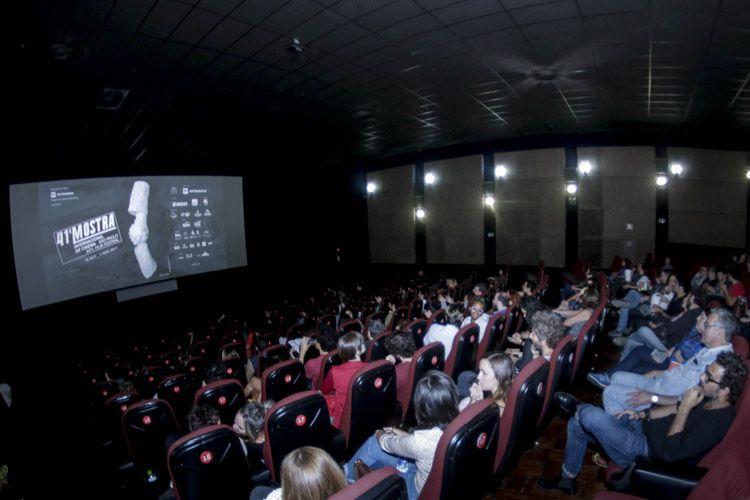 Cinearte 1 / Público na sessão do filme Não Devore Meu Coração, de Felipe Bragança