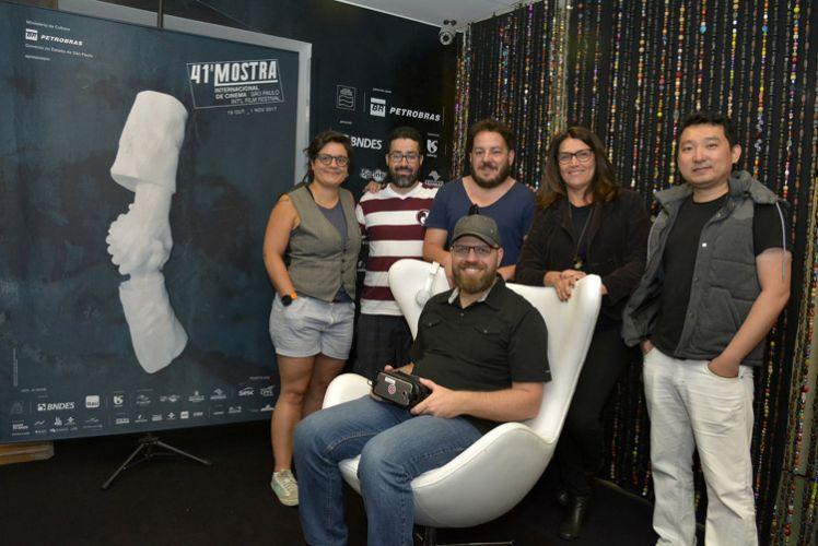 O diretor de Step to the Line, Ricardo Laganaro (sentado), e a equipe do filme