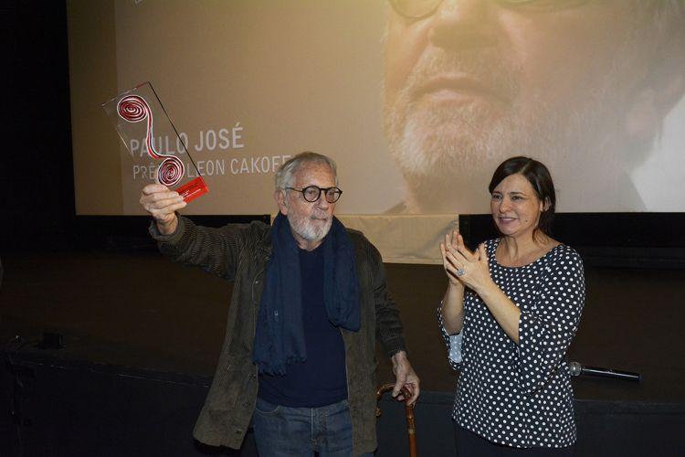 Espaço Itaú de Cinema - Augusta 1 / A diretora da Mostra, Renata de Almeida, entrega o Prêmio Leon Cakoff ao ator Paulo José