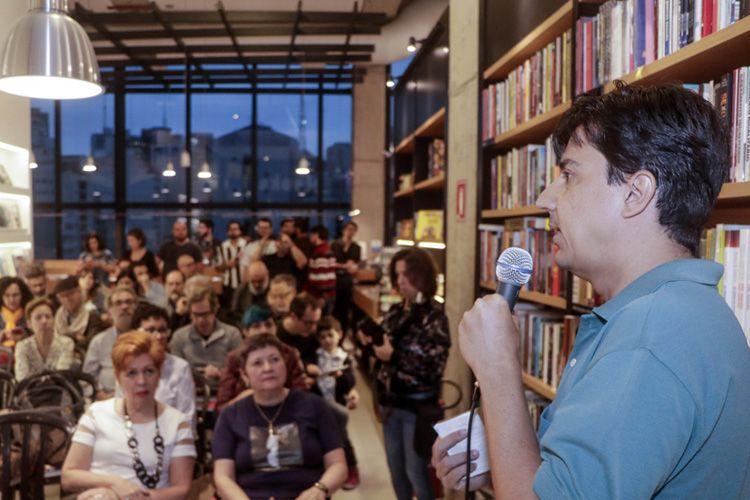Livraria Blooks – Lançamento do livro Documentário Brasileiro - 100 Filmes Essenciais, organizado por Paulo Henrique Silva (foto), da Abraccine