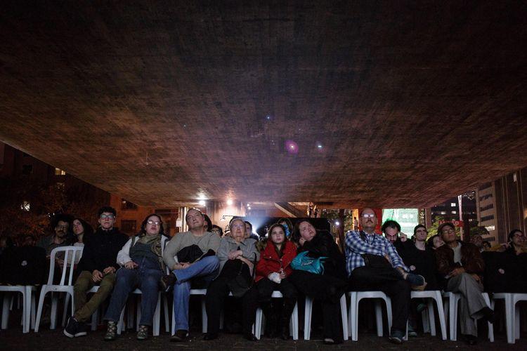 Vão Livre do Masp / Exibição do filme O Homem Nu, de Roberto Santos / Público presente na sessão