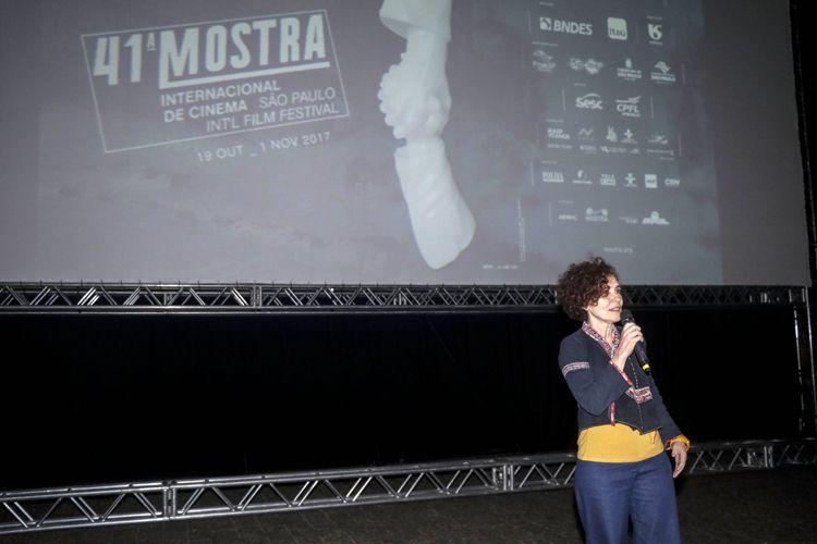 Vão Livre do Masp / Exibição do filme Eles Não Usam Black Tie (de Leon Hirzsman, vencedor do Prêmio Especial do Júri no Festival de Veneza em 1981) / Ligia Farias (coordenadora de projetos na Sociedade Amigos da Cinemateca - Cinemateca Brasileira) apresenta a sessão do filme