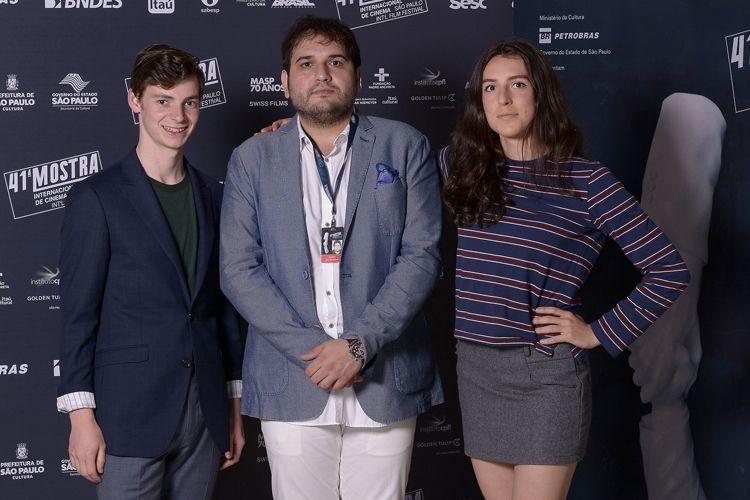 Reza Dormishian, diretor do filme Cadeiras Brancas, entre os atores Matthew Joils, e Emily Hurley