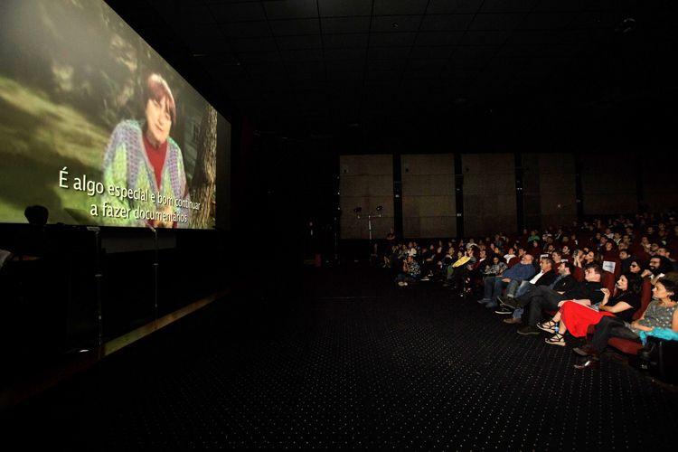 Cinearte 1 / Por vídeo, a diretora Agnès Varda agradece o Prêmio Especial da Crítica, Menção Honrosa ao filme Visages, Villages (dir. Agnès Varda e JR - França)