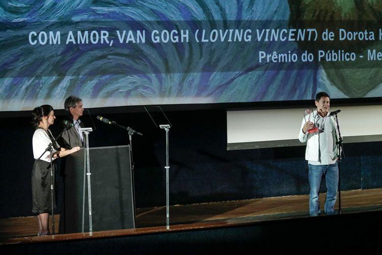 Cinearte 1 / O Troféu Bandeira Paulista, Prêmio do Público de Melhor Ficção Internacional é para o filme Com Amor, Van Gogh, de Dorota Kobiela e Hugh Welchman (Polônia, Reino Unido). Wilson Feitosa, da Distribuidora Europa Filmes, recebe o prêmio em nome dos diretores