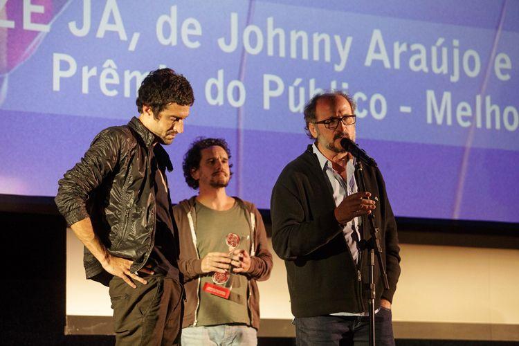 Cinearte 1 / Os diretores Johnny Araújo e Gustavo Bonafé, ao lado do produtor Paulo Roberto Schmidt, recebem o Prêmio do Público para Melhor Ficção Brasileira, por seu filme Legalize Já (Brasil). Paulo Roberto Schmidt fala com o público