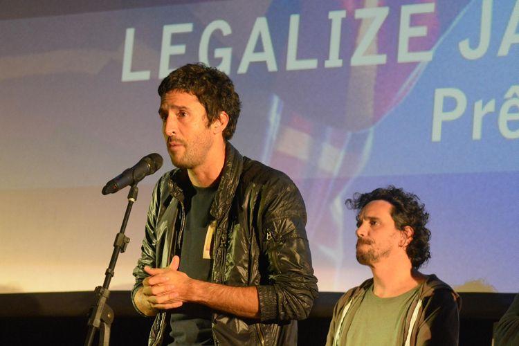 Cinearte 1 / Os diretores Johnny Araújo e Gustavo Bonafé, ao lado do produtor Paulo Roberto Schmidt, recebem o Prêmio do Público para Melhor Ficção Brasileira, por seu filme Legalize Já (Brasil). Gustavo Bonafé fala com o público