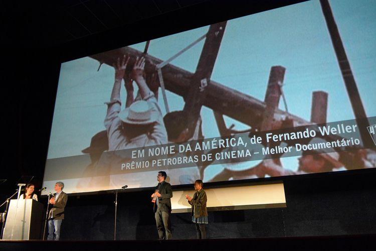 Cinearte 1 / A montadora Cristina Amaral e o gerente de atendimento Regional São Paulo e Sul da Petrobras, Rodrigo Diullas, anunciam o Prêmio Petrobras de Cinema para o Melhor Documentário Brasileiro que foi dado ao filme Em Nome da América, de Fernando Weller