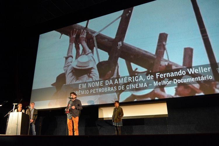 Cinearte 1 / O diretor Fernando Weller recebe o Prêmio Petrobras de Cinema de Melhor Documentário Brasileiro por seu filme Em Nome da América