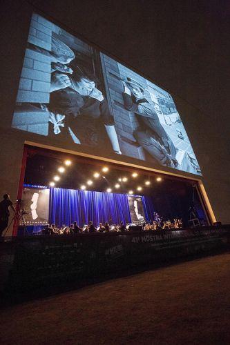 Exibição do filme O Homem Mosca (1923), de Sam Taylor e Fred Newmeyer. Acompanhamento musical da Orquestra Jazz Sinfônica, sob a regência do maestro João Maurício Galindo