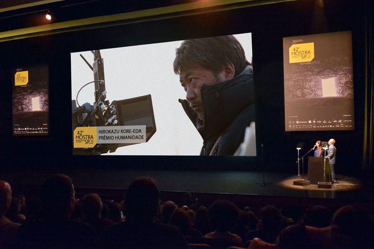Auditório Ibirapuera /42ª Mostra Internacional de Cinema/São Paulo Int`l Film Festival - Cerimônia de Abertura - Tela: Hirokazu Kore-Eda