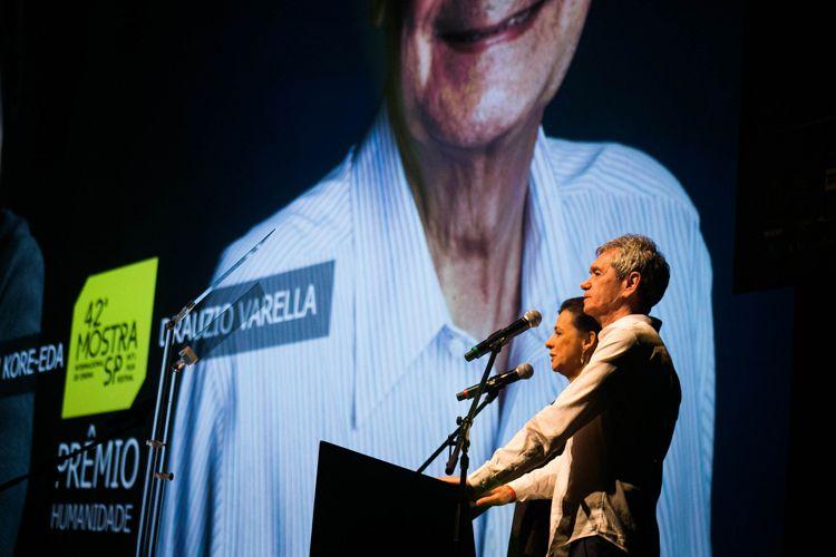 Auditorio Ibirapuera/ 42ª Mostra Internacional de Cinema/São Paulo Int`l Film Festival - Cerimônia de Premiação e Encerramento - Na tela: Hirokazu Kore-Eda e Dráuzio Varella, Prêmio Humanidade
