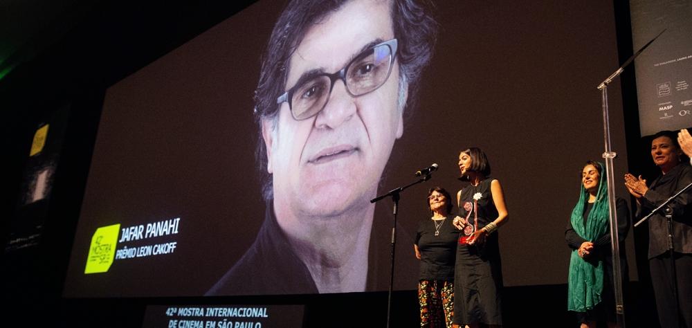 Jafar Panahi é homenageado na cerimônia de encerramento da 42ª Mostra